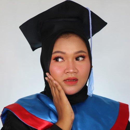 Masih aku liatiiinnnn... coba kalian udah liat #7d1palette #day2 aku belom? Wkwkwk! Gimana nihh? Tahun 2020 niat lulus dari apa kalian? #graduation #makeupwisuda #makeup #clozetteid