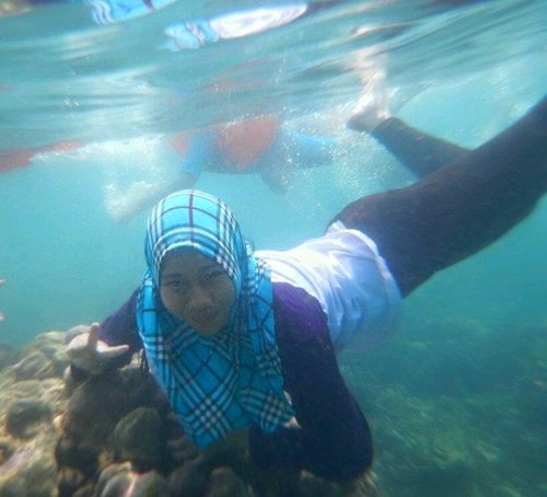 menyelam sambil berselfie :D melihat indahnya dunia bawah laut <3 #Hijab #Lampung