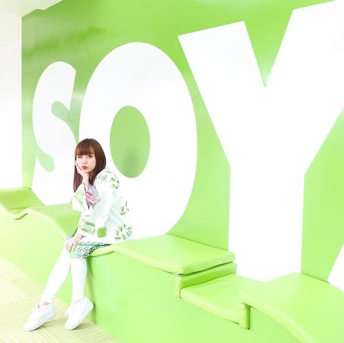 Salah satu spot foto Instagrammable di Pabrik @soyjoyid: Soylution Corner 🌱  Disini, kalian bisa duduk di depan tembok lucu SOYJOY sambil menonton video tentang kebaikan kedelai! Selain itu, Soylution Corner ini juga merupakan salah satu spot digital photobooth di pabrik ini, lho 😉  Pengen main-main ke pabrik @soyjoyid juga? Gampang banget! Caranya bakal aku share di blog segera yaa 👏🏻😎 . . #soyjoy  #soyjoyindonesia  #soyjoyfactoryvisit  #kebaikankedelai  #healthysnack #healthyfood  #healthylifestyle  #influencersurabaya  #influencersby  #lifestyle #lifestyleinfluencer  #bloggerindonesia  #bloggerstyle  #ソイジョイ #ソイジョイクリスピー  #clozetteid  #bloggermafia