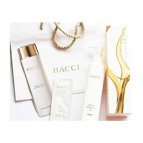 Retaking&reposting this picture because Hacci is Bae. Never get enough of this beauty♡@hacci1912, a Japanese Luxury Skincare that currently is only available in East Asian Market only. I am now trying their Honey Cleansing Oil by buying a full-sized bottle without even trying a sample. Risky and yes I did spend a small fortune for it. Ugh.But in fact that they are very generous with samples makes me glad. The lotion is super pricey (¥10800 seriously for the full-size) but hey I'm excited to try it out! Skin please don't fall in love because my Bank Account can't handle the price.Honey isn't an ally to my skin but well, I kinda wish Hacci's product will get my skin to love honey more! ♡#hacci1912 #hacci #hacciskincare #japaneseskincare #luxurybrand #thuglife #skincarejunkie #skincarearsenal #skincarehaul #beautyhaul #japanesebrand #cleansingoil #オイル #オイルクレンジング #mumukiss #beautybloggerid #clozetteid #clozetter #starclozetter #clozetteco
