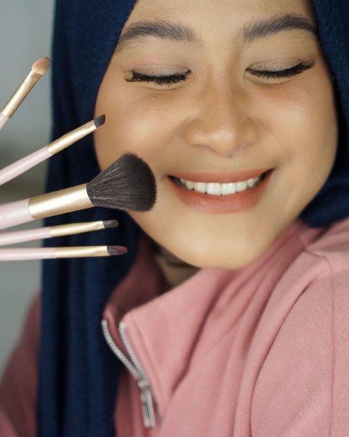 """GIVEAWAYAku lagi pakai @glamfix.official all in one Excellent Brush Set.Brush set ini terdiri dari 5 buah brush yang multifungsi. Misal judulnya """"powder brush"""", kamu ga harus pakai brush itu untuk mengaplikasikan powder aja, tapi bisa untuk blush on, dan bronzer. Begitu juga brush yang lain juga multifungsi. Jadi, walaupun brushnya cuma ada 5 tapi bisa dipakai untuk satu wajah saat kita makeup.Brushnya cukup kokoh dan lembut, nyaman dipakai.Aku punya dua kabar baik. Pertama, Glamfix All in One Brush Set ini lagi diskon 30% di Shopee, sampai tanggal 16 Februari 2021. Pakai kode: GLAM2021 saar check out biar makin hemat (klik link pembeliannya di bio aku).Kedua, @glamfix.official saat ini mau bagi-bagi Glamfix AExcellent Brush Set,Fabulous Beauty Sponge, dan cleansing sponge untuk 3 orang. caranya gampang banget:1. Repost foto slide pertama di IG feed kamu, tag 3 orang teman kamu (IGnya jangan diprivate ya)2. Ceritain moment terbaik kamu, yang paling kamu suka pokoknya, sama orang yang paling kamu sayang.3. Follow @glamfix.official Pemenang akan diumumkan di IG Story @glamfix.official tanggal 16 Februari 2021. Ikutan ya. #clozetteid #GlamFix #ExcellentBrushSet #TravelFriendlyBrush"""