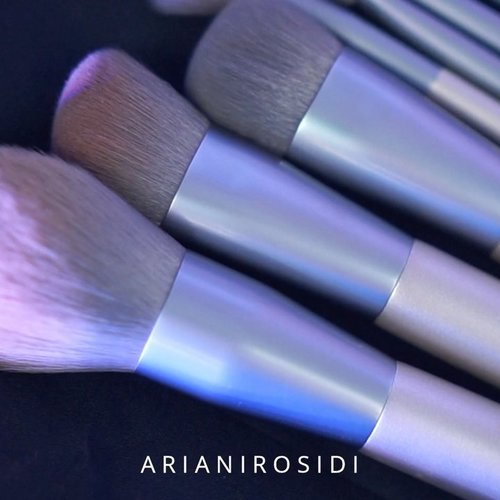 Seneng banget ada brush set isi 12, untuk wajah dan mata. Gagangnya kokoh banget, brushnya lembut banget, tapi harganya murah banget. Aku kaget begitu tau, harga brush set ini cuma 99ribu (ini lagi promo, harga normalnya juga murah 119rb).  Cocok banget buat temen-temen pemula yang lagi nyari makeup brush buat bikin makeup yang flawless.  Untuk detailnya kamu bisa cek di @storie_id #StorieFlawlessBrush  #clozetteid #makeup #makeupbrushes #makeupbrush