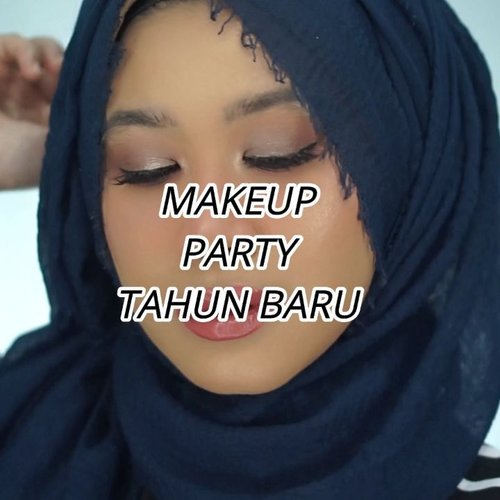 Siapa yang mau party nanti tahub baru?Nah ini makeup yang bisa kamu pakai.Aku bikin tutorial makeup ini spesial buat kamu, iya buat kamu, karena kalo malam tahun baru aku pasti tidur. Hahaha.Produk yang aku pakai:@getthelookid Loreal Infallible 24hr Fresh Wear@avionebeauty X @inivindy Magic Palette@stilacosmetics Eyeshadow Liquid@youmakeups_id matte lipstick 01 Kelly@dearmebeauty Perfect Gloss - Dear Stella#clozetteid #makeupnatural #makeup #softsmokey #smokeyeyetutorial #smokeyeyes