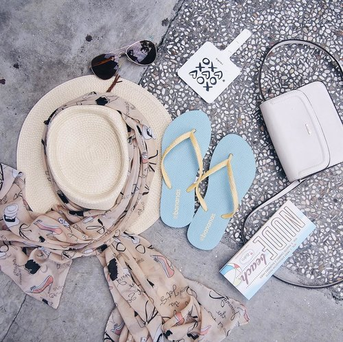 Holiday essentials! 🏝⛱✨ Slippers from @bananasslipper is the most essential of all 🏖 For your information, #bananasslipper will be on the @headquartersmarket tomorrow 'till this Sunday! 🙈 #clozetteid #holidayessentials