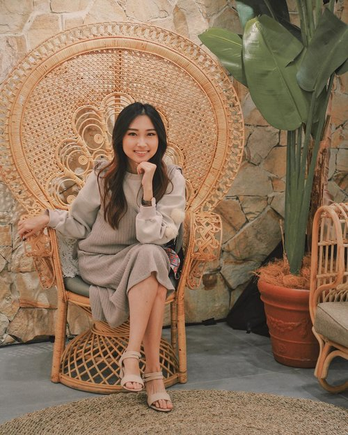 Sit comfortably on this huge chair inside the @blpbeauty Beauty Space 🏝 • I'm wearing outer from @avgal_collection and daisy heels @ailishoes_sby for color coordinating 🙈 #clozetteid #BeAdored #BLPgoestoSurabaya