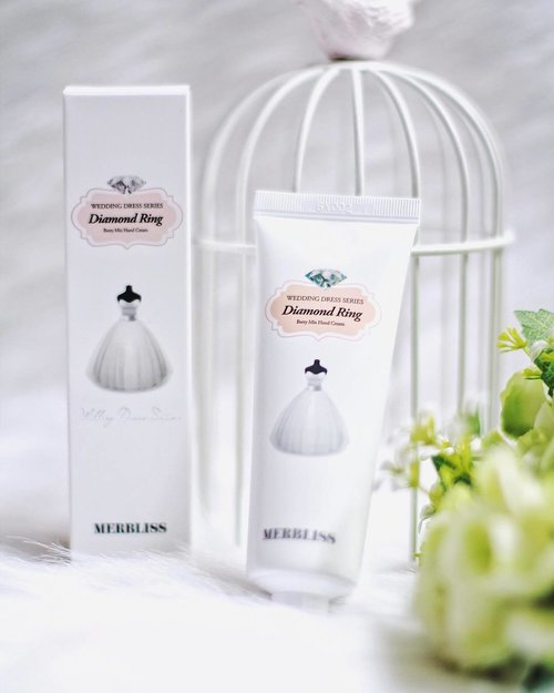 [Mini Review] Merbliss Wedding Dress Series Diamond Ring Berry Mix Hand Cream _ This baby is always in my everyday bag. The best hand cream I've ever tried! I love the texture, also the effect right after it's applied. It doesn't make my hand turns oily. Fast drying yet make my both hands so soft. Not to mention, it smells so good, like candies. Definitely my favorite! You can have it by clicking this link hicharis.net/devolyp 👌🏻 . . . . . #charis_official #charis #charisceleb #merbliss #berrymixhandcream #clozetteid #clozetteambassador #indonesianbeautyblogger #surabayabeautyblogger #surabayablogger
