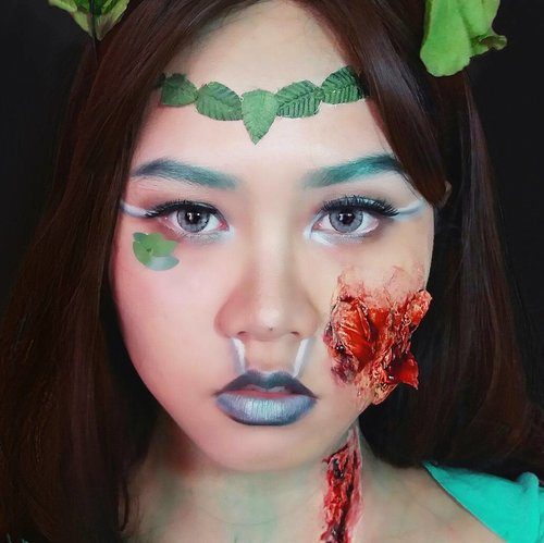 It's still Halloween, so yeah!  Made this look like almost a year ago. This look is my 1st ever horror makeup look! So I know it's not perfect but I'm still learning tho 😪  @bvlogger.id #bvloggerid @femalevloggersid #indonesianfemalevloggers #indobeautygram @indobeautygram #youtubersemarang @youtubersemarang @beautilosophy @indobeautyinfluencer #indobeautyinfluencer #beautyblogger #makeupandwakeup #clozetteid #halloweenmakeuplook #sfxmakeup #halloween #horrormakeup