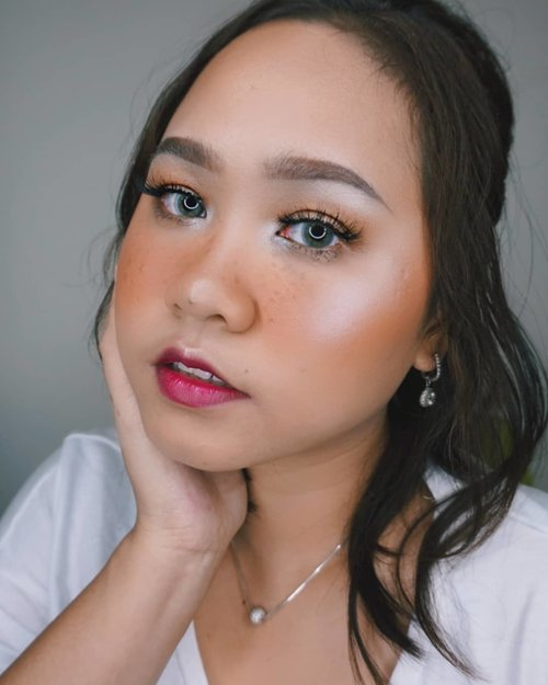 🍃Ada yang punya freckles asli tapi ditutupiAda yang tak punya freckles tapi setengah mati bikin titik2 menyerupai freckles Oh manusia.. Btw this makeup inspired by the one and only @sarahayuh_ --#clozetteid #ragamkecantikan #tampilcantik #theshonet #beautybloggerindonesia #beautygoersid #beautiesquad #frecklesmakeup