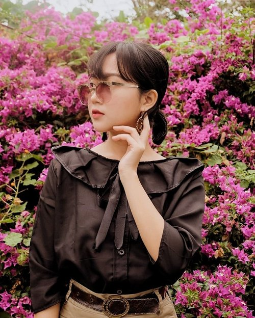 Flower picking🌸🌸 (jk this is a public garden😂🐛) Blouse by @seoulyuna #collabwithchen #clozetteid