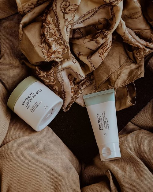 Stay cool and calm this season with @altheakorea latest products! 🍃.🌼@altheakorea Skin Relief Calming Cream: I love this calming cream! Finally, something has come along that truly helps my skin in so many ways. After having used so many skin care creams I was understandably skeptical, but this was amazing from the get-go. Before I started using this, my face was very red around my cheeks and it calms it. My flare-ups used to be so awful and now this stuff helps so much with calming my skin. Immediately after the first application, my skin looked and felt better. Finally, a skincare line that uses good ingredients and really does want to help people struggling with their skin. I'm so glad I gave it a chance🖤...🌼 @altheakorea Waterful Green Bamboo Pads: These pads are a lifesaver! When you first apply the pads somehow makes your skin look poreless, it really does blur your pores! I use this day and night as a toner and they are beyond amazing. Needless to say, I love this product. I have sensitive skin and did not have any reaction at all. Definitely love how these have been both soothing and treating my skin and will repurchase when these run out. These are a lifetime product for me! ..Now you can shop these products at @altheakorea website or mobile apps🖤. #AltheaKorea #AltheaAngels #AltheaCalmingCream #AltheaBambooPads #clozetteid #collabwithchen