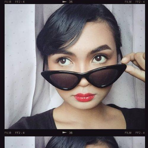 Experimenting with my makeup today!!! Complexion matte (+dempul) semua, highlighter? We never heard of her! Alis juga beda heheh ini banyak banget yang nyadar🙈 lebih tebel, berbentuk, dan ga dibikin bushy seperti biasanya. Dan terakhir, eyeliner-nya dibikin lebih tipis dan ga pake wing👐 #motd #vintagemakeup #clozetteid #jogjabloggirls #makeupindonesia #tampilcantik #makeuptutorialindo
