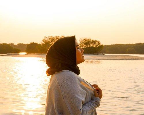 Inhale 🌄  Shot by @jonathancrispyofficial 👏  #sunset #island #goldenhour #sunsetting #clozetteid #travel #beach