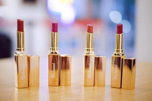 Kunci tampil onfire terletak pada lipstik. Setuju nggak? ⠀⠀Trend makeup sekarang tuh bukan cuma tulang pipi dan hidung yang ada kilat kilatnya. tapi juga bibir. ⠀⠀Nah, warna lipstik serie terbaru dari Purbasari, yaitu Lipstick Color Matte Shimer Finish ini seketika bikin tampilan kita on fire. ⠀⠀Selain shimer finish, formulanya juga terbilang nyaman di bibir. Nggak bikin bibir kering walau memberikan hasil yang matte 💋⠀⠀💄12 Crystaline⠀💄 13 Azure⠀💄 15 Citrine⠀💄 16 Quartz⠀⠀Keempat warnanya asli cantik banget. Formulanya juga terbilang tahan lama dan nggak meninggalkan bekas. Awet juga lho, aku udh coba dan tahan sekitar 7 jam an, oke kan??? ⠀⠀Udah bisa didapetin di Ecommerce dan drugstore 😉⠀⠀#SpectaShimmer⠀#Purbasari⠀#PurbasariMakeup⠀#PurbasariIndonesia⠀#PurbasariLipstick⠀#LipstikLokal⠀#Clozetteid⠀@purbasari_indonesia @purbasarimakeupid