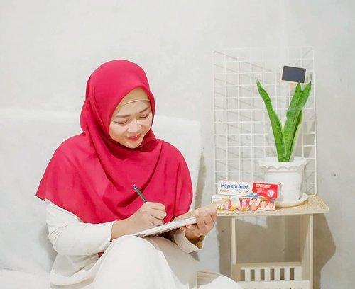 Senyum adalah bahasa terindah yg dapat dipahami oleh semua makhluk di dunia, kamu setuju nggak? ⠀⠀Kalo setuju, yuk jadi #PahlawanSenyum 😉⠀⠀Jadi, dalam rangka menyambut hari Kemerdekaan RI yg ke 75 ini @tanyapepsodent mengeluarkan #PepsodentEdisiSpesialMerahPutih 🇮🇩⠀⠀Yang namanya edisi spesial pasti ada kejutannya ya. Nah kali ini kejutannya untuk #MemerdekakanSenyum para pemulung di Indonesia. ⠀⠀Bukan cuma itu aja sih, 2,5% keuntungan penjualan Pepsodent ini akan disumbangkan untuk mendukung kesehatan dan kesejahteraan pemulung dan keluarganya. ⠀⠀Eitttsss, tenang kita bisa berpartisipasi lebih dalam lagi dengan langsung menyumbangkan donasi melalui KitaBisa. Donasinya nanti dilipatgandakan oleh Pepsodent lho 💸💸💸⠀⠀Oh iya, produk ini merupakan pasta gigi pertama dari Pepsodent yang menggunakan kemasan bijak berplastik di mana 💯% kemasannya bisa didaur ulang ♻⠀⠀Aku pribadi, belakangan ini udah mulai mencoba untuk lebih bijak perplastik dan #SenyumkanBumi dengan bawa kantong belanjaan serta Tumbler setiap bepergian. Kamu gimana? 😉