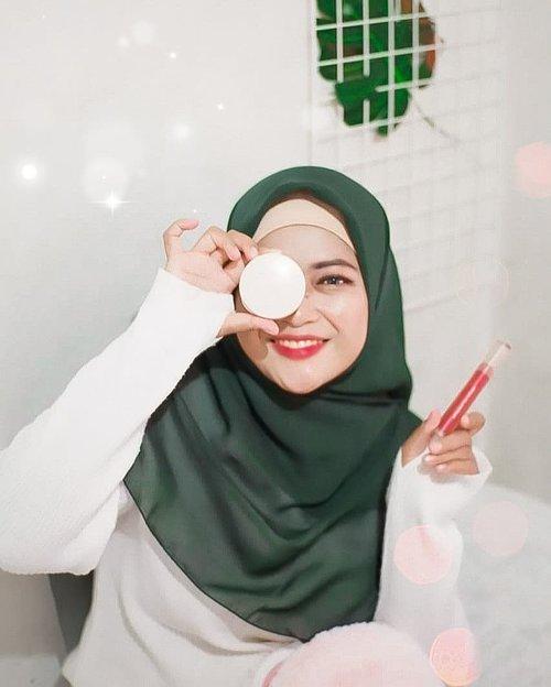 Jujur, aku happy sekaligus nggak nyangka kalau brand lokal kosmetik Indonesia punya kualitas yang sebagus ini. Yup, seimpresif itu aku sama produk dari @rabbithabitofficial ⠀⠀⠀Fyi, Rabbit Habit adalah brand lokal terbaru yang terinspirasi dari legenda 'Moon Rabbit' cerita rakyat Asia, yang menghadirkan sebuah beauty line untuk setiap perempuan yang merasa dirinya 'extraordinary' setiap hari.⠀⠀⠀⠀Ada 4 produk yang aku pakai yaitu: ⠀⠀🌛 Moon Glow 2 in 1 Cushion Foundation and Luminous Concealer Compact ⠀⠀Tingkat coverage cushionnya juara banget (Medium to High), asli oke banget nutupin bekas jerawatku. Concealernya juga gampang banget diblend dan ga ada efek crack nya 😍⠀⠀⠀🌛 Blushing Moon Shade Tickled Pink⠀⠀Cushion blush yang super pigmented sekali tap aja bikin pipi merona alami⠀⠀⠀🌛Velveteen Matte Shade Scarlet Starlet⠀⠀Lip cream bertekstur lembut yang smudge-proff dengan hasil akhir matte.⠀⠀⠀🌛Whipped Lip Cream Shade Burgundy Belle⠀⠀Non-drying lip cream yang super nyaman, dibalut dengan warna yang melembapkan dengan semi matte finish⠀⠀⠀⠀⠀Over all, semua produk Rabbit Habit kemasannya mewah, formulanya juara, simple dan praktis pula. Oh ya, nggak perlu khawatir juga karena rangkaian produk dari Rabbit Habit ini 100% cruelty-free, 100% Halal dan 100% no nasties ya. ⠀⠀⠀⠀Review lebih lengkapnya udah tayang di  www.novitania.com dear, mampir yaa 😉💕⠀⠀⠀⠀#RabbitHabitBeautyHabit⠀#FriendsOfRabbit