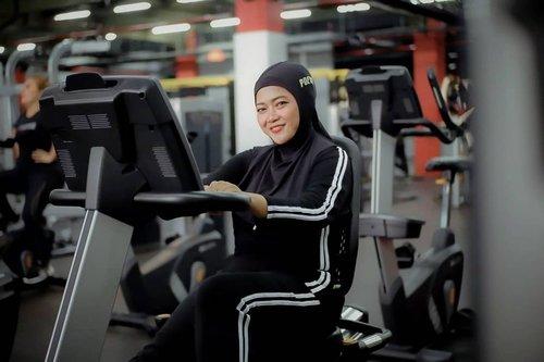 Mana nih yang selama pandemi berat badan jadi naik? Yess, sama! Makanya nih, biar sehat dan berat badan bisa ideal aku nge gym lagi. ⠀⠀Kali ini aku nge gym di Osbond Gym yg ada di Mega Mall Bekasi. So far, aku suka dan nyaman banget nge gym di sana. ⠀⠀Fasilitasnya lengkap, PT nya ramah, protokol kesehatannya terjaga, pilihan kelasnya banyak, dan harganya juga bersahabat. Yup, One Stop Body Needs bangetlah! ⠀⠀Di Osbond Gym, kita bisa ngerasain fasilitas kebugaran internasional yg didukung berbagai layanan profesional, mulai dari trainer berpengalaman sampai informasi asupan bergizi dan suplemen yang cocok buat kita. ⠀⠀Nah, buat kamu yg mau sehat bareng-bareng, bisa ke Osbond Gym cabang manapun, tinggal capture postingan ini dan kasih kode Osbond X Clozette buat dapetin free nge gym selama 3 hari! ⠀⠀Info lengkapnya bisa hubungi 0817 817 058 ya 😉⠀⠀⠀@clozetteid @osbondgym ⠀#OsbondGymXClozetteIDReview #ClozetteID #OsbondGym #NgeGymGratisdiOsbond ⠀⠀