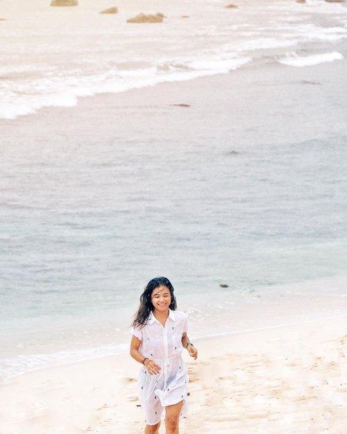 facing long weekend be like... 🌊 . hujan-hujanan di pantai karena maksa harus kena air asin supaya afdol ke pantainya.  jadi pada jalan-jalan ke mana minggu pertama di bulan terakhir tahun ini? 😁 . 📷 @viratanka the explorer. 😜 . #WatuKarung  #ExplorePacitan #VisitPacitan #ExploreJatim #PesonaPacitan #PesonaIndonesia #WonderfulIndonesia #TravelinStyle  #Fujifilm_ID #ClozetteID