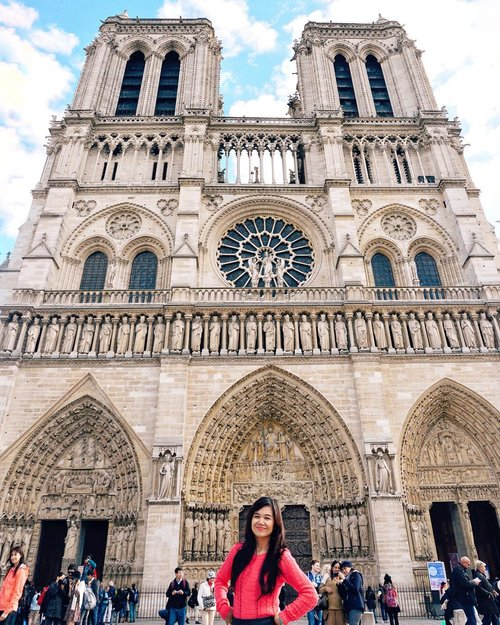 major throwback to 2014 where I was so lucky to visit #Paris after my business trip to Frankfurt.it's been hard to post this photo because I have to choose between cutting my leg off or the tower of #Notredame behind me. now you know my answer, Happy Sunday! xx.#ThisisParis#WheninParis#VisitParis#NotredamedeParis#EuroTrip#SayHelloFrom#TravelinStyle#ClozetteID