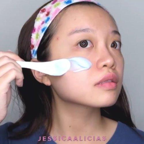 My current FAVORITE mask ✨.Ini bukan masker biasa ya, ini masker slime!! 😛 @suiskin_official Shaking Modeling Mask ini mengandung Azulene, Hyaluronic Acid, dan vegetable oils untuk menutrisi dan menghidrasi kulit 💦.Aku pakai pas kulitku lagi capek, kusam, atau lagi membandel banyak pimples gitu. Masker ini ada soothing effect juga yg bisa mengurangi kemerahan di kulitku kalo pas jerawatan~.Cara pakainya juga seru banget 😆 tinggal campur pack 2 ke pack 1 kayak yg kutunjukin di video, dikocok, terus dioleskan di wajah. Tunggu 15 menit and peel away! Habis dipeel, kulit terasa lembab, bouncy, dan fresh ✨..WHERE TO BUY @hicharis_official 👇🏻👇🏻👇🏻SHAKING MODELING MASK BLUE (3 PACK)http://hicharis.net/jessicaalicias/9T4....#스위스킨 #suiskin #SHAKING MODELING MASK BLUE (3 PACK) #CHARISCELEB @charis_celeb #jessicaalicias #jessicaaliciasreview #clozetteid #skincarekorea #beautybloggerid #influencer #koreanskincare #일상 #데일리 #인생템 #하울 #kbbvmember #bloggerceria #sbybeautyblogger #balibeautyblogger #tampilcantik @tampilcantik #ragamkecantikan @ragam_kecantikan