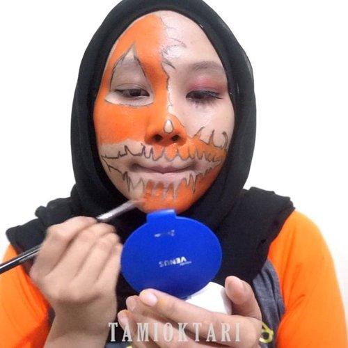 #MiniTutsbyTami .Scary Pumpkin Makeup 👻 Ini makeup pas edisi halloween kemaren sih~♡ Btw aku mau tau dong gimana pendapat kalian mengenai rang orang yang demen makeup begini. Kalian suka atau enggak sih ngeliatnya? Boleh komen dibawah atau langsung DM juga bole klo gamau jawabannya di liat orang wkwk 😋✌ Kalau aku sih ya suka, kalau ga suka ga bakal aku bikin makeup model gini. Karena menurut aku, makeup itu seni~♡.@viva.cosmetics Body Painting Black, White, Red & Yellow.🎶 Skrillex & Rick Ross - Purple Lamborghini.#ScaryPumpkinMakeup #HalloweenMakeup #clozetteid