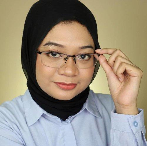 Jarang-jarang foto pake kacamata. Untung angle-nya pas jadi nggak ada pantulan lightingnya. Oke buat di-upload..Aku sehari-sehari lebih sering pake kacamata, sedangkan softlens buat acara tertentu aja. Makanya kalau ketemu/papasan sama temen mereka sering nggak ngenalin aku 😂Kalian tim kacamata apa softlens nih? Pernah ngalamin gitu jg nggak? 😆..#fotd #eyeglasses #glasseswearer#beauty #makeup #makeupngantor #lifestyle #훈녀 #beautygram #beautyinfluencer #glassesmakeup #clozetteid