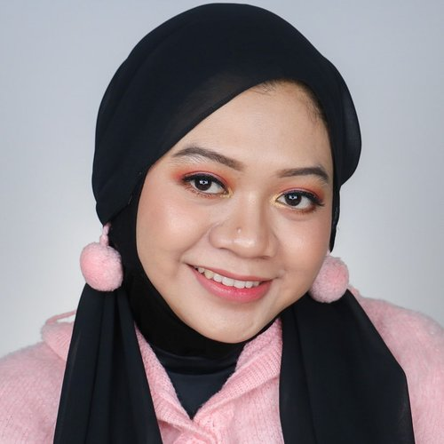Masih berhubungan dengan post kemarin, ini detail makeup cute simpel ala aku. Siapa tau bisa jadi inspirasi 💕. Ini ceritanya sambil nyobain bibir glossy. Karena bibirku dari sononya udah tebel, gloss-nya diaplikasiin tipis-tipis di bagian tertinggi bibir aja biar volume bibir jadi nggak lebay 😝. Gimana menurut kalian?  Produk yang kupakai: @shuuemura Unlimited Foundation 754 @imagicofficial.id 14 Color Eyeshadow Palette @justmiss_id Eyebrow Pencil Dark Brown @makeoverid Eyeliner Pencil Glam Gold @justmiss_id Flick It Eyeliner @maybelline Hypercurl Mascara @ratubulumata Baby Wispies @Chicaychico_official One Shot Palette Dazzling Sand @missha.id Cotton Blush Vintage Robe @maybelline Master Chrome Highlighter Molten Gold @qlcosmetic Lip Cream Matte 33 Prime Rose @riveracosmetics Gotta Be Matte Lip Cream 301 @sorchacosmetic Lip Glow Molana  #fotd #eotd #motd #naturalmakeup #simplemakeup #cutemakeup #inspirasicantik #ragamkecantikan #tampilcantik #beauty #hijab #beautyinfluencer #beautyblogger #beautyinfluencersby #beautyinfluencerid #indobeautygram #beautygram #clozetteid