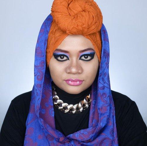 Yuhuu~ Akhirnya post makeup collab lagi. Kali ini temanya Monster High dan aku create karakter Howleen Wolf.   Jujur sebenernya aku bukan fans Monster High dan buta banget sama karakter-karakternya. Nah aku pilih Howleen karena karakternya keliatan seru dan nyentrik. Kulitnya sawo matang, rambut oranye keriting dan gayanya punk-edgy. Sengaja aku pakai foundie lebih gelap dan eyeshadow-eyeliner yg semirip mungkin dengan karakter ini. Untungnya punya props hijab dan aksesoris yg mendukung. Jadi keliatan kaya versi live action-nya nggak? 😝  Siapa karakter MH favorit kalian? Jangan lupa cek makeup MH temen-temen juga ya.   #monsterhigh #monsterhighcollab #howleenwolf #howleenwolfmakeup #fantasymakeup #makeupkarakter #artmakeup #beauty #makeup #hijab #beautybloggerid #beautyinfluencerid #indobeautygram #beautycontentcreator #sbybeautyblogger #beautefemmecommunity #clozetteid