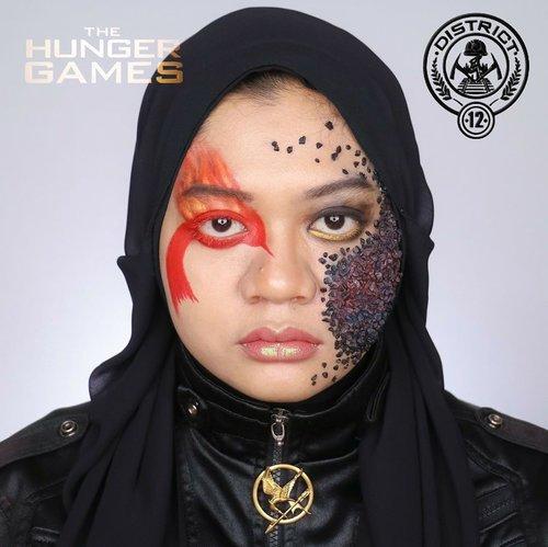 "Kalian penggemar Hunger Games? Kalau di filmnya yg jadi fokus itu kostum masing-masing distrik, di collab kali ini kami create makeupnya. Seru nggak tuh? 😁  Pas denger District 12 pasti langsung ke Mockingjay. Ya nggak? Tapi kalian ngeh nggak sih kalau sebenernya District 12 itu wilayah pertambangan batu bara? Dan karena aku nggak mau fokus ke Mockingjay aja, aku create makeup District 12 dengan sentuhan ""skill Peeta"" yaitu melukis alam dengan realistis. Voila, jadilah perpaduan kekuatan Katniss si Mockingjay dan skill melukis Peeta yg menonjolkan pertambangan batu bara District 12.  Pas bikin konsep sih oke banget, realitanya nggak gitu gaes. Persiapan bikin batu baranya dulu pakai kerikil sukulen yg dicat item terus dibakar. Bikin makeupnya juga hampir 4 jam supaya efek batu baranya kelihatan serealistis mungkin. Mau kukasih editan bara-bara api biar kelihatan makin real tapi nggak jadi, aku biarin makeupku natural apa adanya supaya kalian ngerti betapa ribetnya makeup ini.   Walaupun ribet, tapi seru dan bahagia banget bikin makeup di tema collab kali ini. Semuanya totalitas banget di makeup dan propertinya. Karena makeup bagi kami bukan untuk menggoda lelaki, melainkan adalah seni 😎.  DISTRICT   1 Luxury - @mgirl83 2 Masonry - @hincelois_jj 3 Technology - @clarsabb 4 Fishing - @Auzola 5 Power -  @anita_bee 6 Transportation - @just_luthfii 7 Lumber - @banieun08 8 Textiles - @ochix_zakiyah 9 Grain - @vallerinechristaballe 10 Livestock - @vannysariz 11 Agriculture - @magdalena_bhe 12 Mining - @gadzotica 13 Nuclear - @Leonita_wenny 14 Capitol - @aiyuki_aikawa  #hungergamescollab #hungergamesmakeupcollab #district12 #Mining #district12makeup #hungergamesmakeup #miningmakeup #coalmakeup #sfxmakeup #sfx #beauty #beautyinfluencerindo #fakeupfix #indobeautygram #clozetteid"