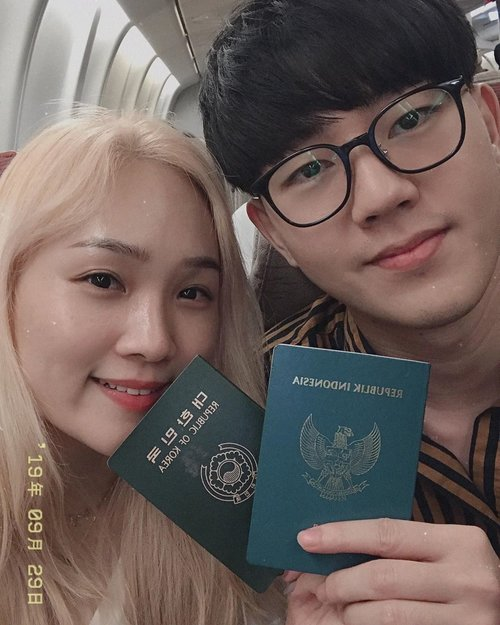 Hey ho!! Now we are on board!✈️Different nationality, Different passport, Doesn't matter about differences 🤷‍♀️ because we are married couple!😎Flight with @asianaairlines.id #sohanexploreKorea