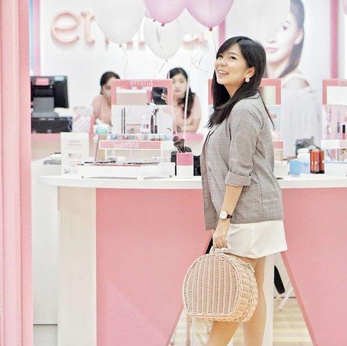 Hari ini aku datang ke acara Grand Opening Store nya @eminacosmeticsbandung di Ciwalk Bandung . Konsep storenya itu lucuuu banget plus display produknya lengkap, jadi kalian bisa coba coba dulu produk yang kalian mau beli.. Coba deh main main ke storenya, jangan kalap yah! 💖 . . . #tribepost #bloggermafia #eminacosmetics #clozetteid #ootdfashion #styleblogger