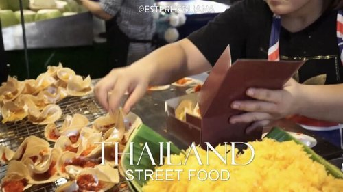 [ TURN ON SOUND 📢 ] Thailand street food,  yum! Buat kalian yang sukaaa kuliner (likeeee me 😋), bakalaaan betah berlama lama di bangkok. 1 minute video ini hanya sebagian kecil street food yang ada di bangkok. 🙀💖 nanti aku akan share di blog semua street food yang aku coba dan lihat ya,  stay tune! 😁 . . #thailandstreetfood #amazingthailand #thailandvlog #tripadvisor #blogbangkok #amazingdestination #indovidgram #dagelan #indobeautygram #clozetteid #chariscleb #lykeambassador #blogger