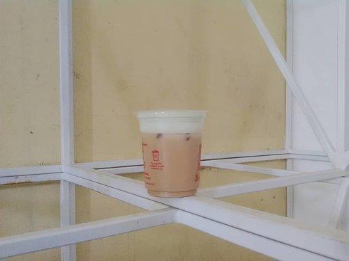 "Niat bikin caption 'berat' difoto ini tapi lagi males mikir. Jadi edit caption menyusul aja yes (kalo inget itu juga). Yang pasti tiap jajan minuman, yang dilirik duluan pasti sejenis kopi-kopian. Sampe dibilang, ""kamu karuhun ya? minumnya kopi"", iya aku karuhun khayangan a.k.a bidadari. 💃.btw, tau arti karuhun dalam bahasa sunda kan?..#malesmikir #abaikantembok #ranibidadarikhayangan #coffee #clozetteid  #blogger #mantrianarani"