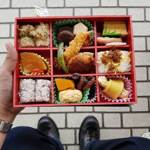 Japanese bento! Who loves bentos? Raise your hands! 🙋🙌 One of my favorite things during travelling is to try the local food. I got a new post for my love of bentos, the link is in my bio!  #sakuraberry2017 📷 by @cameradphoto  #japanesebento #bentobox #japaneselunchbox #clozetteid