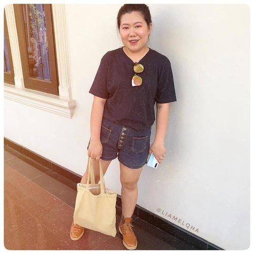 OOTD main ke playground anak-anak!  Deets: - Basic T-shirt @giordanoid (oversized on me) - Pants unbranded (beli di Bugis Street Singapore 3 tahun lalu 🤭 - Boots @drmartensindo beli di @zaloraid - sunglasses sm Totebag unbranded juga beli online tapi lupa nama tokonya.  #liamelqhaootd #ootd #ootdfashion #ootdindokece #ClozetteID #BloggerPerempuan #IndonesiaFemaleBlogger #indonesiabeautyblogger #Beautiesquad