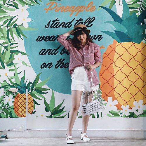 I have a pen, i have pineapple 😜 Transparent Bag from @skyetsea.id 🤩 . . . . . #clozetteid #ootd #ootdindo #lookbook #lookbookindonesia #lifestyleblogger #fashion #blogger #fashionblogger #wiwt #potd #vscocam #eosm10 #lovelife #instagood #streetstyle #potd #eosmdiaries #ggrep #ggrepstyle #cgstreetstyle #streetfashion