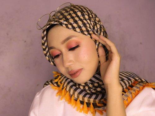 Full look dari #eotd kemarin 🍁🍁🍂🍂⠀⠀⠀⠀⠀⠀⠀⠀⠀⠀⠀⠀⠀⠀⠀⠀⠀⠀Makeup details:⠀⠀⠀⠀⠀⠀⠀⠀⠀@sariayu_mt Eyeshadow Kit J-02 warna oren.⠀⠀⠀⠀⠀⠀⠀⠀⠀@altheakorea Sunrise & Moonrise warna beige untuk transisi  dan kontur hidung.⠀⠀⠀⠀⠀⠀⠀⠀⠀@pixycosmetics Concealing Base dan Make It Glow Silky Powdery Cake untuk complexion.⠀⠀⠀⠀⠀⠀⠀⠀⠀Blushnya lupa.⠀⠀⠀⠀⠀⠀⠀⠀⠀@otwoocosmetics eyebrow yang kemarin lusa saya tulis review singkatnya di foto sebelah.⠀⠀⠀⠀⠀⠀⠀⠀⠀Liptsik kombinasi antara @thebathbox SLP in Kym, @pac_mt Satin Lip Cream in Misty Chocolate, dan @mamondeindonesia Creamy Tint Balm in Dandy Coral.⠀⠀⠀⠀⠀⠀⠀⠀⠀⠀⠀⠀⠀⠀⠀⠀⠀⠀#makeupoftheday #motd #fallmakeuplook #faceoftheday #beautybloggerindonesia #beautiesquad #semarangbeautyblogger #kefyeh #clozetteid #hijabindo #tapfordetails