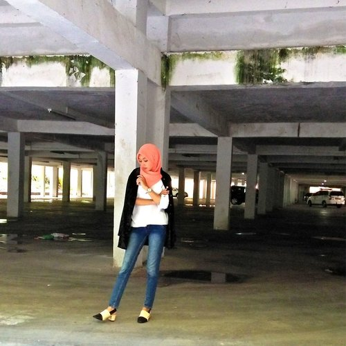 How is your Wednesday so far?⠀⠀⠀⠀⠀⠀⠀⠀⠀Good enough to feel blessed?⠀⠀⠀⠀⠀⠀⠀⠀⠀Or fucked up enough to curse?⠀⠀⠀⠀⠀⠀⠀⠀⠀.⠀⠀⠀⠀⠀⠀⠀⠀⠀Captured by @iam_mbombi , as ever.⠀⠀⠀⠀⠀⠀⠀⠀⠀.⠀⠀⠀⠀⠀⠀⠀⠀⠀#OOTD #HOTD #indonesianhijaber #contentcreatorlife #parkinglot #clozetteid #clozetter #semaranglife