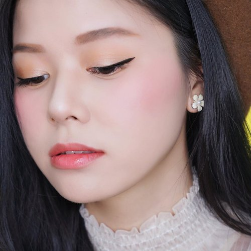 Udah nonton IG TV aku belum? ☹️ It's a dewy skin makeup tutorial! ✨ featuring all of these tagged brands 💃🏻_#koreanmakeuptutorial #makeuptutorial #charis_official #beautifuljourney #clozetteid #kmakeupfa #beautybloggerindonesia