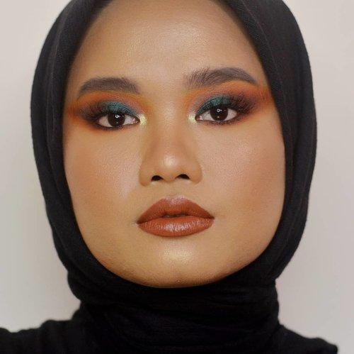 Ganti suasana baruuu hehehehe. Wdyt?.#makeupbyutiazka #beautybloggerindonesia #indobeautyblogger #jakartabeautyblogger #socobeautynetwork #clozetteid #crueltyfreebeauty #crueltyfreemakeup #colorfulmakeup