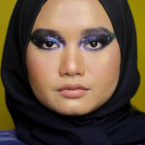 Dibuang sayang 🙂. . Sebenarnya bikin versi kayak gini. Gatausi gue kurang suka sebenarnya tp ngerasa perpaduannya lucu wkwkwkk. Mnrt klian gmn? ._. . #makeupbyutiazka #clozetteid #socobeautynetwork #startwithsbn #indonesianbeautyblogger #colorfulmakeup #crueltyfreebeauty #crueltyfreemakeup #orenjienjisocialclub #galaxymakeup