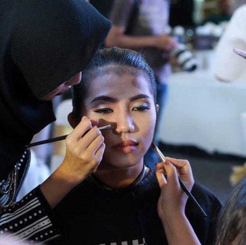 Masih belum bisa move on dari keseruan acara launching PAC Contouring Kit minggu kemarin, nih. Ada makeup battle Contouring vs Strobing! Kelompok gue masuk #TeamContouring jadi tentu saja tugasnya mengkontur wajah model ini. Agak hectic yaaa satu model didandanin lebih dari 3 orang hahaha seru banget! Baca cerita lengkapnya di #magellanictivity yaaa✨  #PAContourExpert #ContourItLikeExpert #PACXJFFF2017 #JFFF2017 #PACxSOCIOLLA #SociollaBlogger #SociollaBloggerNetwork #SBN #clozetteid
