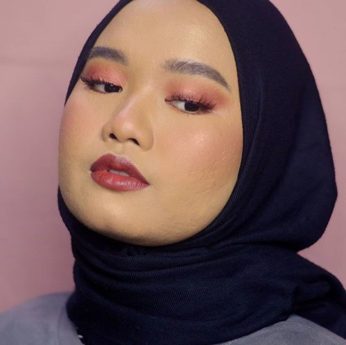 Belum mainan warna dulu ya gaess hehe ide ogut banyak tp harus sabaarr eksekusi satu-satu hehe😊❤..Btw akhirnya nyobain BLP Face Base sama Face Concealer!! Videonya inshaa Allah up Rabu yah, Minggu besok udah siapin video lain. Semoga suka💞..Details:@blpbeauty Face Base - W30BLP Face Concealer - HoneyBLP Face Powder - Medium BeigeBLP Face Glow - Sunset & Sunrise@esqacosmetics Bronzer - Havana@dearmebeauty Perfect Eyebrow Contour - Granite GreyEsqa Freeze Tinted Brow Mascara - Dark Brown@__buma Imajinasi Eyeshadow Palette@lavielash - BluebellBLP Lip Bullet - Licorice.#makeupbyutiazka #clozetteid #makeupoftheday #makeupcommunity #crueltyfreebeauty #blpgirls