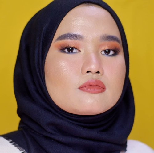 Weekend is coming😗..Details:@urbandecaycosmetics Born To Run Palette@makeoverid Eyeliner Pencil - Black Jack@lavielash - Bluebell@esqacosmetics The Goddess Cheek Palette - Aphrodite@blpbeauty Face Glow - Sunset & Sunrise@makeoverid Color Stick Matte Crayon - Blake@lookecosmetics Holy Lip Créme - Gaia.#makeupbyutiazka #makeupoftheday #makeupcommunity #makeuplooks #setterspace #urbandecayborntorun #urbandecayindonesia #clozetteid