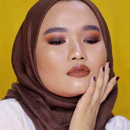 Masih main-main sama @urbandecaycosmetics Born To Run Palette 😍. Kali ini mau serba cokelat pokoknyah! Udah lama banget pengen bikin look kayak gini tapi kelupaan mulu hahaha. Video tutorialnya bakal up besok yaa! ❤..#makeupbyutiazka #monolideyemakeup #urbandecayindonesia #udindonesia #setterspace  #tampilcantik #makeupcommunity #clozetteid