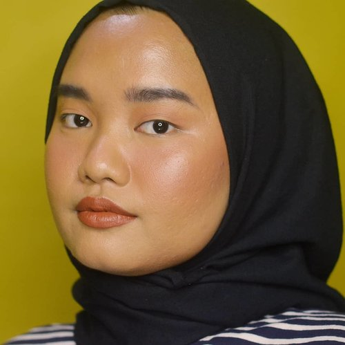 "Sudah lama nggak ngelakuin rutinitas makeup-an sehari-hari. Istirahat dulu dari makeup warna-warni, besok mulai lagi 💕..Btw udah bulan Agustus aja, ya :"").Details:@blpbeauty Face Concealer - Honey@rollover.reaction Haloblush - Chai@roseallday.co The Realest Lightweight Compact Powder - Tan@dearmebeauty Perfector Eyebrow Contour - Granite Grey@nyxcosmetics_indonesia Tinted Brow Mascara - BlackRollover Reaction Halolight - Moonlit@esqacosmetics Bronzer - HavanaRollover Reaction Chunky! Lip Crayon - Kala.#makeupbyutiazka #clozetteid #nomakeupmakeup #everydaymakeup #crueltyfreebeauty"
