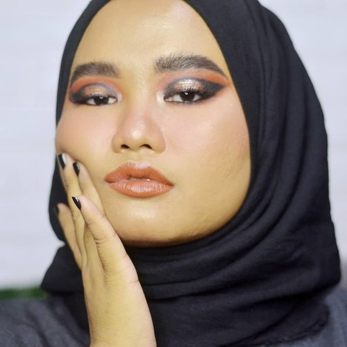 Akhirnya nyentuh makeup lagi. And I used a lot of products in this look wkwk. Gue sebutin yg gue inget aja yak. . Details: @roseallday.co Instant Rosé Face Kit - Sun Slayer @blpbeauty Face Glow - Sunset & Sunrise @anastasiabeverlyhills Dipbrow Pomade - Ebony @esqacosmetics Tinted Brow Mascara - Dark Brown @morphebrushes 35B Color Burst Artistry Palette @urbandecaycosmetics Born To Run Palette @rollover.reaction Glazed! Liquid Eye Tint - Mata @kikomilano Water Eyeshadow - Champagne @makeoverid Eyeliner Pencil - Black Jack @lavielash - Bluebell Rollover Reaction CHUNKY! Lip & Cheek Crayon - Kala . #Clozetteid #makeupbyutiazka #makeupoftheday #motd #makeupcommunity #crueltyfreebeauty