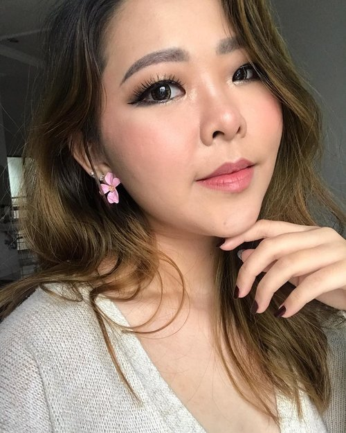 Makeup wisuda sendiri pake produk drugstore? Why not?! Tutorial will be up on my feeds tommorow! Woot woot!  Lashes : @flaire.official  #makeuptutorial #motd #pinkmakeup #makeuplokal #makupwisuda #selfmakeup #makeuplooks #makeupgampang #motd💄 #wisudauii #cchannelbeautyid #clozetteid #bandungbeautyblogger #beautyphotography #selfie #kbeauty #monolidmakeup #asianmakeup #asianmakeup
