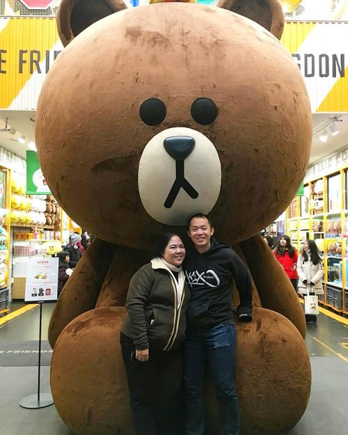 Found a @linefriends Store at Myeongdong 😍 they have this gigantic Brown figure as per picture above. To take pictures, you have to queue first, coz many want to take picture with it.  The store has 2 floors. On the first floor, you will find many cute stuff such as stationaries, accessories and plushies. On the second floor, you will find more photo spots (swipe left), and Line products such as t-shirts, plates and other fashion and household items. . #blossomshine #greetings #morning #getready #trip #travelling #instaholiday #instabeauty #simplemakeup #winterinkorea #beauty #beautybloggerindonesia #beautiesquad #korea #southkorea #kbbvmember #clozetteid #seoul #linestore