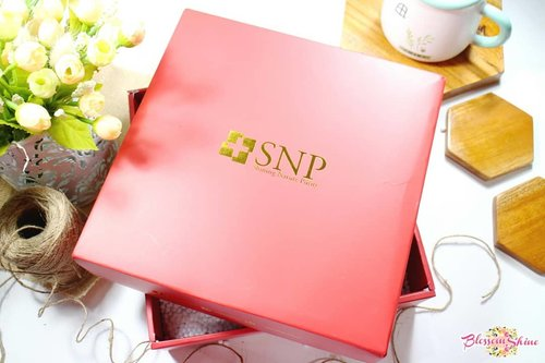 Never occured in my mind that one day I will get a packaged from #snpindonesia 😍Thank you @snpofficial.id for the package! Stay tune for my update y gengs! 😘💖 . #blossomshine #blossomshinehaul #unboxing #skincaretalk #skincarekorea #koreanmask #eyemask #charcoalmask #beautybloggertangerang #beautyguruindonesia #clozetteid #kbbvmember #Beautiesquad #flatlay #skincare #indobeautygram #indobeautiesquad