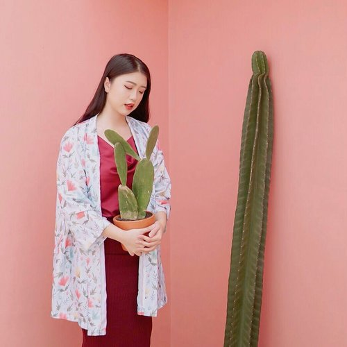 "<div class=""photoCaption"">Wandering while holding my baby cactus🌵.<br /> .<br /> .<br /> .<br />  <a class=""pink-url"" target=""_blank"" href=""http://m.clozette.co.id/search/query?term=clozetteid&siteseach=Submit"">#clozetteid</a></div>"